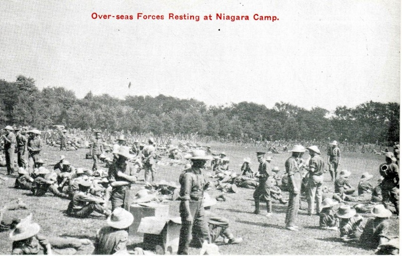 Carte postale historique montrant un groupe important de soldats à l'entraînement à Camp Niagara, à Niagara-on-the-Lake (Ontario).
